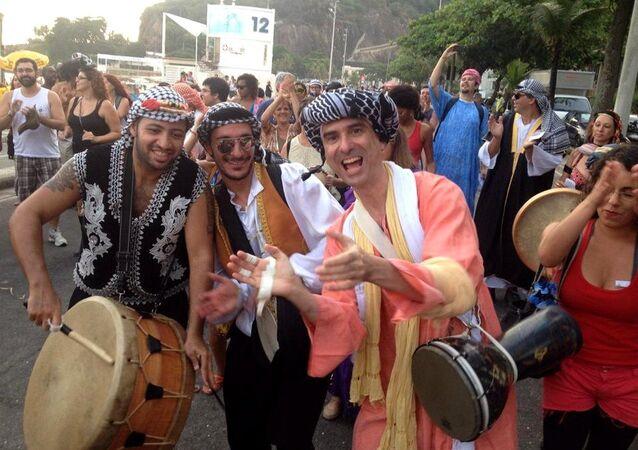 Bloco Ali Babou e suas 40 Odaliscas em ensaio na orla do Leblon, na Zona Sul do Rio