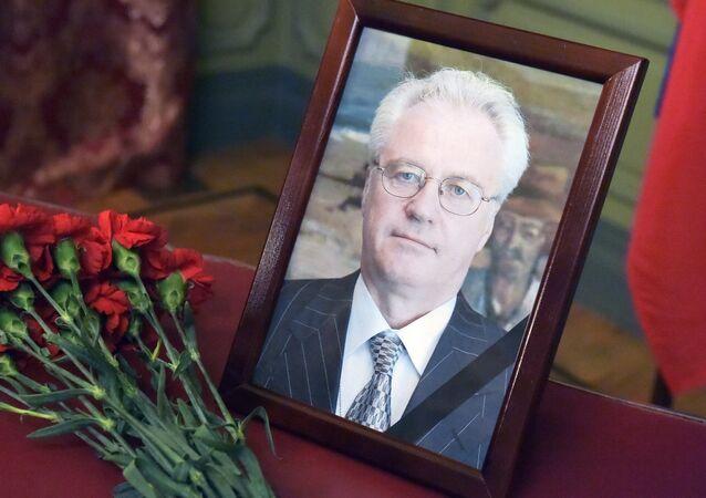Flores e retrato do falecido embaixador russo na ONU, Vitaly Churkin, perto do Ministério das Relações Exteriores russo