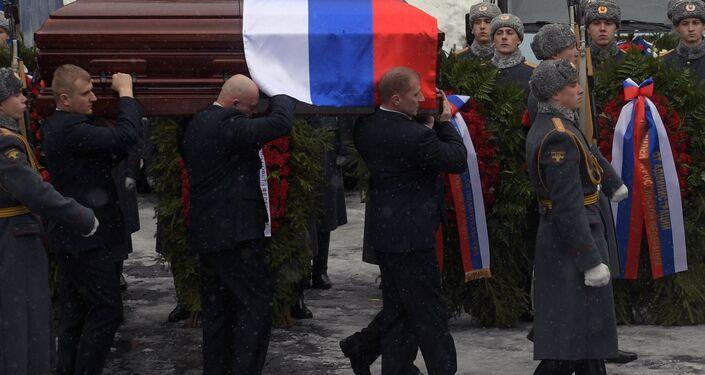 Cortejo fúnebre sai do edifício do hospital onde se deu a despedida do embaixador