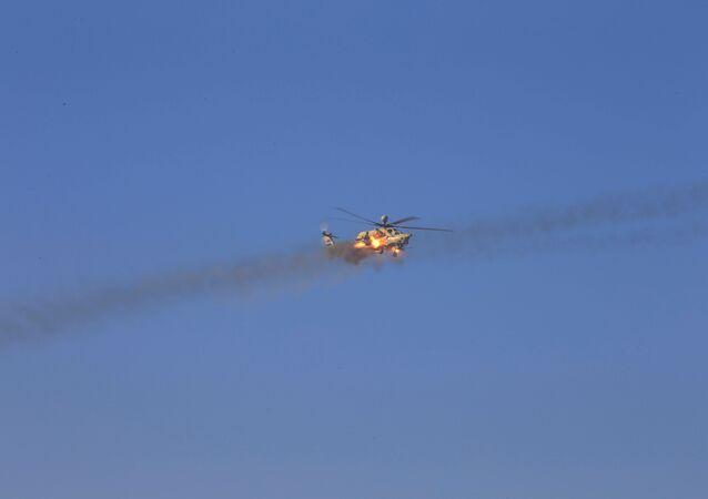 Helicóptero da Força Aérea iraquiana dispara durante uma batalha com militantes do Daesh, no Sul de Mossul, em 20 de fevereiro de 2017