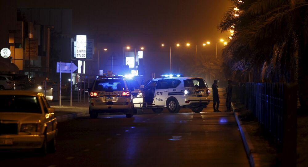 Carros de polícia bloqueiam ruas de Manama, no Bahrein, após ataque que resultou na morte de policial em 28 de agosto de  2015 (arquivo)
