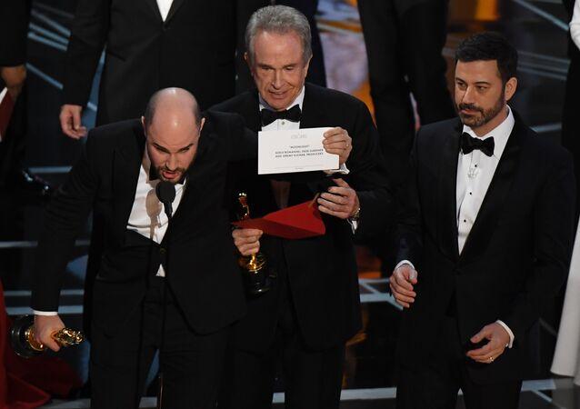 O âncor que causou a confusão, Jimmy Kimmel, com o envelope correto com Moonlight como filme melhor