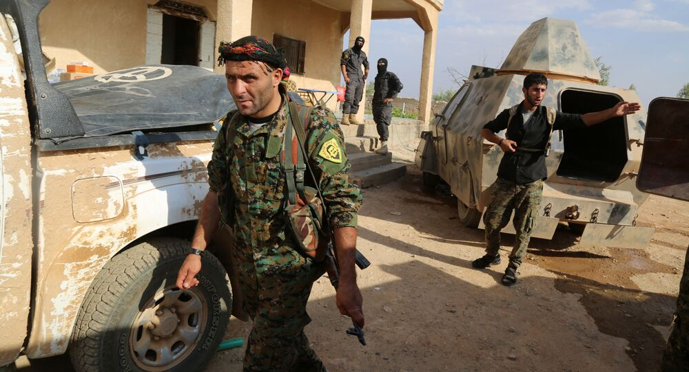 Combatentes curdos e árabes avançam em direção a cidade de Manbij dominado pelo Daesh, no norte da Síria (foto de arquivo)