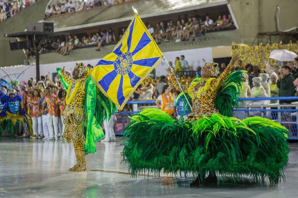 Apresentação pitoresca do casal de mestre-sala e porta-bandeira do Paraíso do Tuiuti!