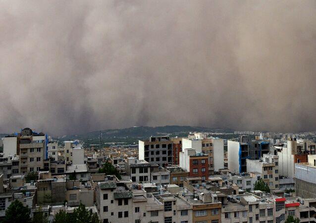 Tempestade de areia domina bairro no nordeste de Minicity, na capital iraniana de Teerã, 2 de junho de 2014