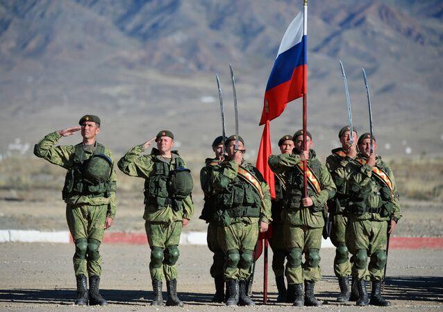 Militares do exército russo durante os exercícios táticos conjuntos das forças coletivas de reação rápida dos Estados-membros da Organização do Tratado de Segurança Coletiva Rubezh-2016 na base da unidade militar em Balykchy, no Quirguistão