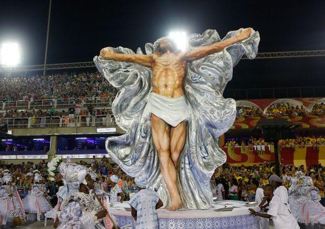 Cristo crucificado é mostrado em um dos carros alegóricos da Mangueira, 27 de fevereiro de 2017