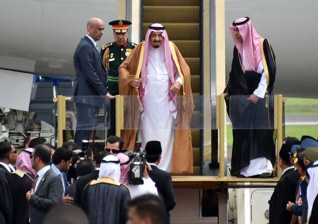 O rei da Arábia Saudita, Salman bin Abdulaziz, chega ao aeroporto de Halim, em Jacarta, 1 de março de 2017.