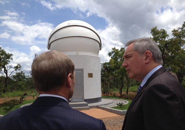 Vice-primeiro-ministro russo Dmitry Rogozin visita estação do Glonass na Universidade de Brasília (UnB) em dezembro de 2014