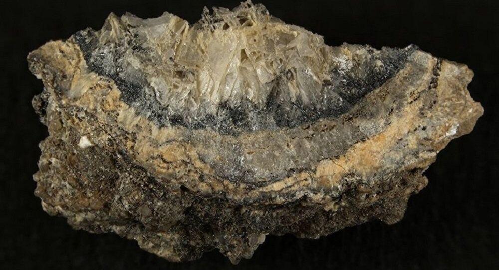 Mineral abcurita, um produto da atividade humana