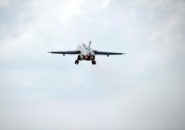 Caça-bombardeiro russo Sukhoi Su-24 decola da base aérea de Hmeymim na província de Latakia, Síria