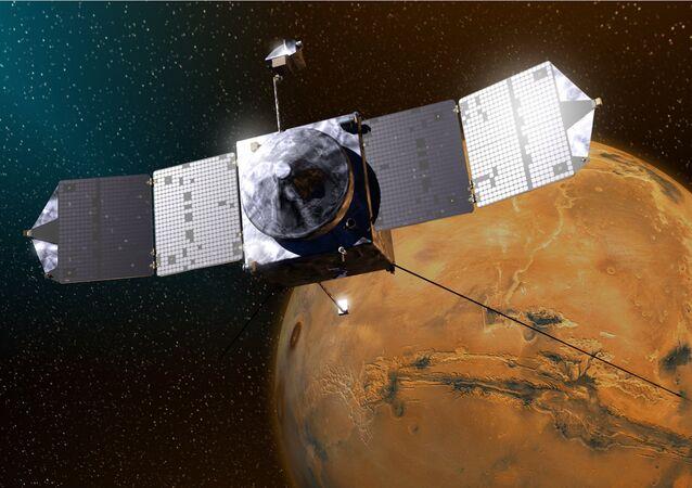 Desenho de um artista que mostra a sonda MAVEN perto de Marte