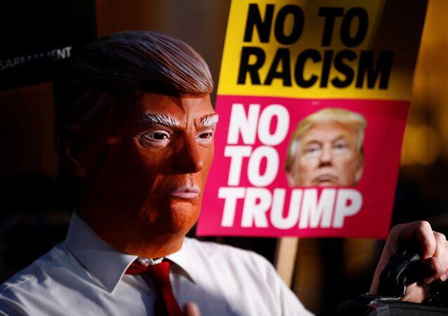 Manifestante com máscara do presidente Donald Trump: não ao racismo