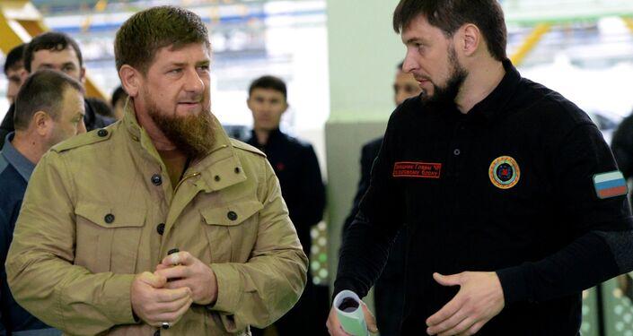 O chefe da Chechênia Ramzan Kadyrov durante a apresentação do todo-o-terreno militar Chaborz M-3, na usina produtora Chechenavto em 4 de março