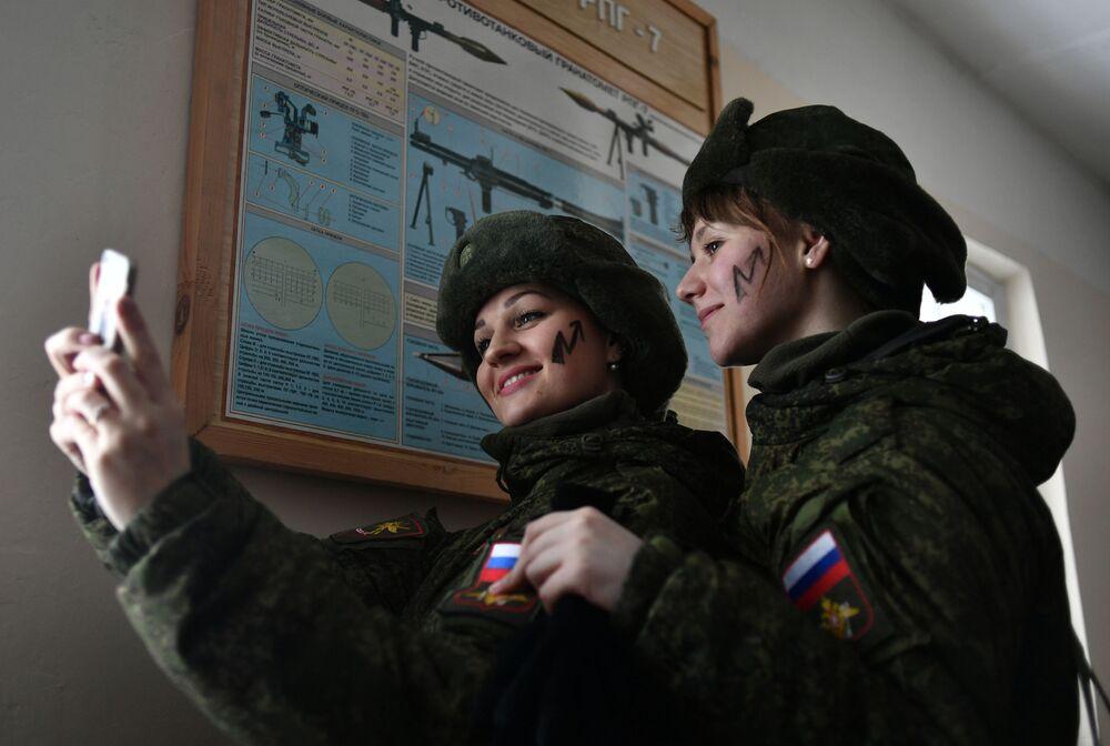 Participantes durante o concurso de beleza e profissional entre mulheres militares das forças de mísseis estratégicos