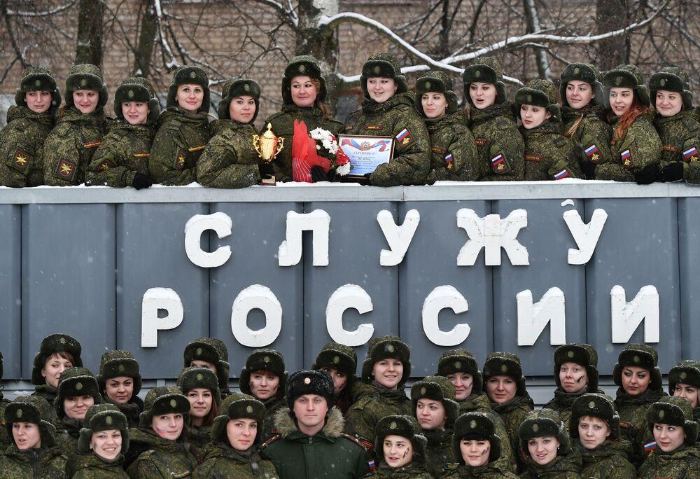 Participantes depois do concurso de beleza e profissional entre mulheres militares das forças de mísseis estratégicos