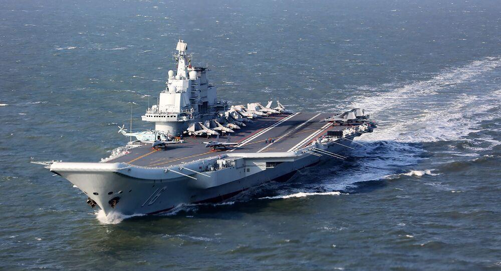 Liaoning, único porta-aviões da China, navegando durante exercícios militares no Pacífico