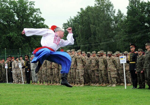 Dança folclórica ucraniana em comemoração aos exercícios militares conjuntos entre os dois países no polígono de Yavoriv, no distrito de Lvov, Ucrânia
