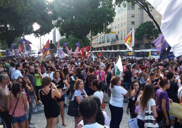 Manifestação na Candelária comemora Dia Internacional da Mulher e protesta contra agenda de reforma do governo