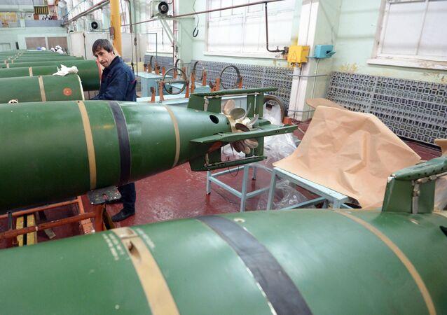 Funcionário no momento de trabalho na Fábrica Dagdizel, em Kaspiysk