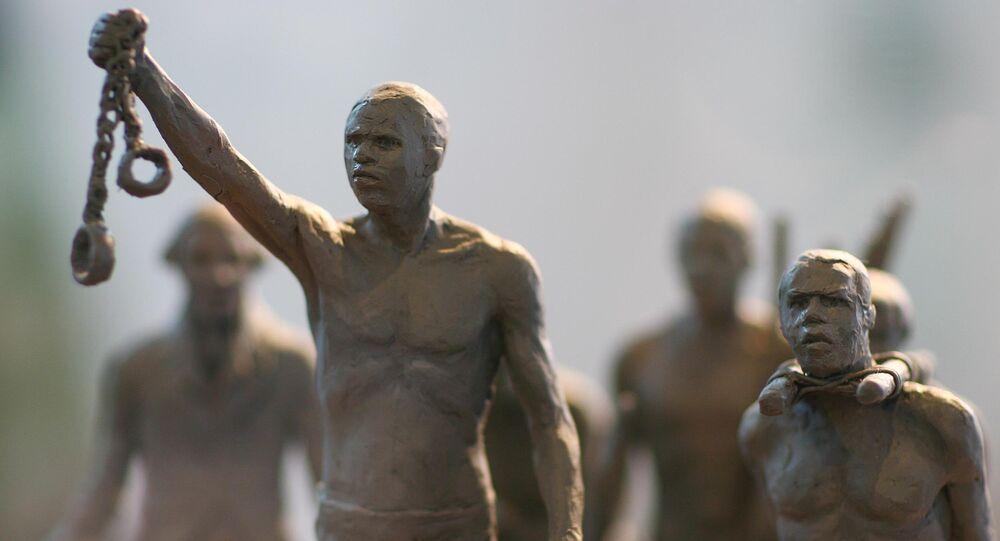 Uma maquete de uma estátua comemorativa dos africanos escravizados cujas vidas foram perdidas durante o tráfico de escravos. A estátua é erguida em Hyde Park, Londres