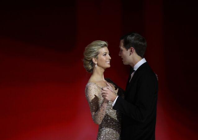 Ivanka Trump, filha do presidente Donald Trump, dança com seu marido Jared Kushner no baile Liberty Ball, sexta-feira, 20 de janeiro de 2017, em Washington.