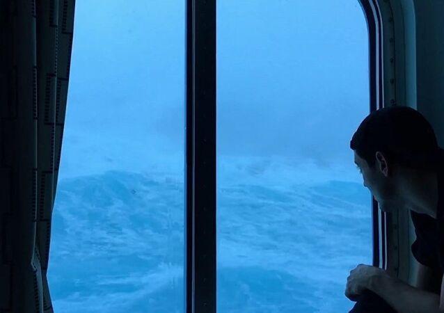 """Um passageiro observando como uma tempestade perfeita"""" se abate sobre o navio de cruzeiro Anthem of The Seas"""