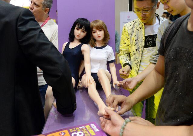 Visitantes estudam bonecas eróticas durante a exibição Shanghai International Adult Toys and Reproductive Health 2016 em Xangai