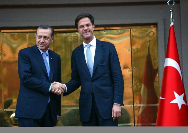 Primeiro-ministro da Turquia, Recep Tayyip Erdogan, cumprimenta o primeiro-ministro da Holanda, Mark Rutte, em Ancara (Arquivo)