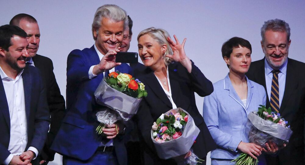 A líder da Frente Nacional francesa, Marine Le Pen, e o líder do Partido da Liberdade, Geert Wilders, tiram uma selfie durante uma reunião de líderes de extrema-direita europeia, Coblença, Alemanha, 21 de janeiro de 2017