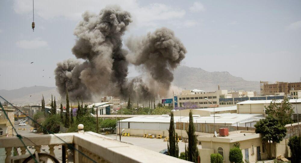 Explosão após um ataque aéreo da Arábia Saudita em Sanaa, capital do Iêmen