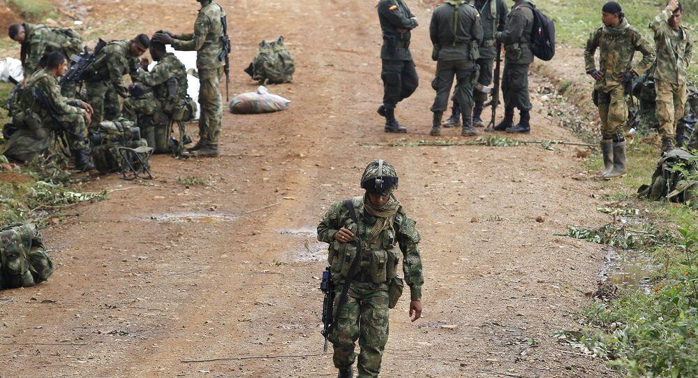 Soldados colombianos acampados perto do local de um ataque das FARC contra tropas do exército, em Cauca (arquivo)