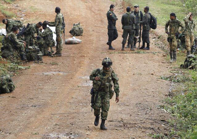 Soldados colombianos durante operação no departamento de Cauca (arquivo)