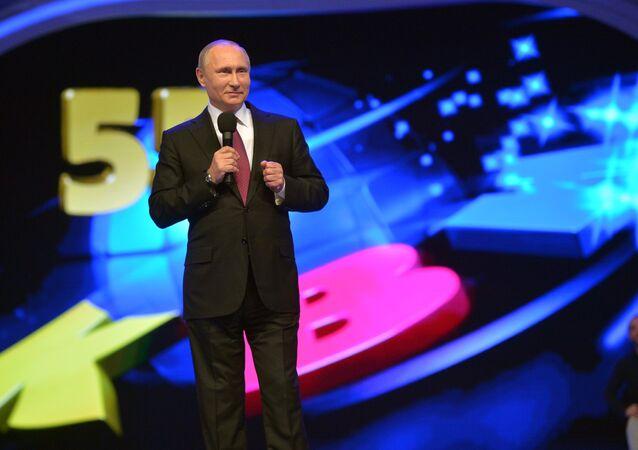 O presidente russo, Vladimir Putin, aparece no palvo durante um dos concursos do KVN