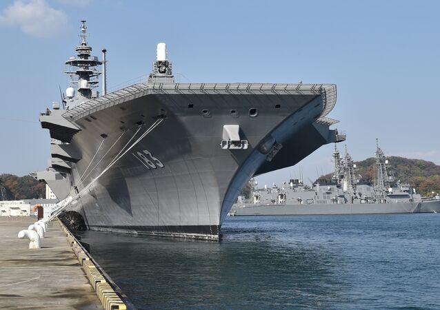 Porta-helicópteros Izumo da Força Marítima de Autodefesa do Japão em sua base de Yokosuka, prefeitura de Kanagawa, em 6 de dezembro de 2016