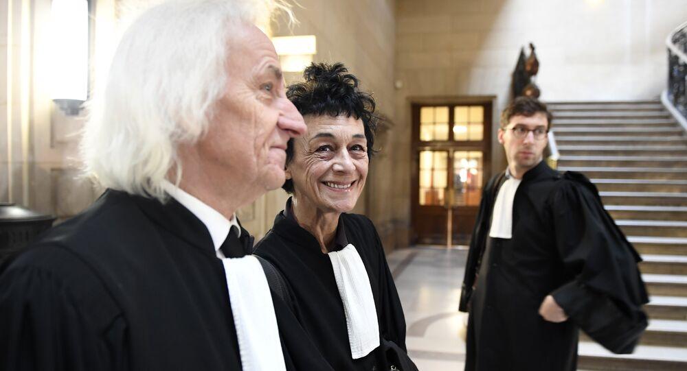 Isabelle Coutant-Peyre, advogada e esposa do terrorista venezuelano Ilich Ramírez Sánchez, e advogado suíço Marcel Bosonnet antes do início do processo judicial, em 13 de março de 2017