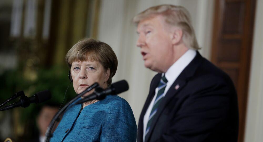 Primeira-ministra da Alemanha, Angela Merkel, ouve o discurso de Donald Trump, durante coletiva de imprensa conjunta na Casa Branca