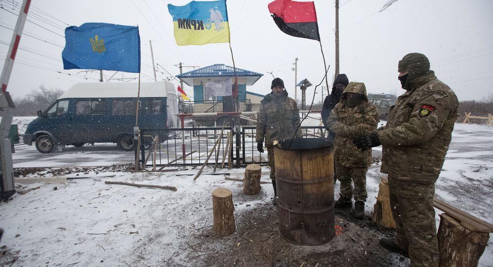 Radicais ucranianos, participantes do bloqueio, na estação de Krivoy Torets, na região de Donetsk, 27 de fevereiro de 2017