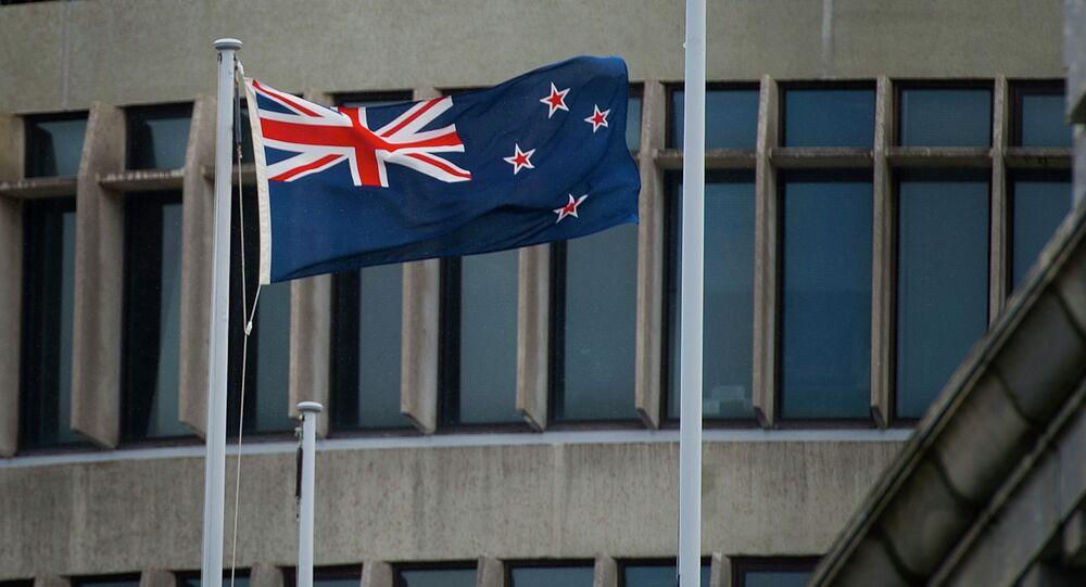 A bandeira da Nova Zelândia é içada fora dos edifícios do parlamento em Wellington, Nova Zelândia, outubro, 29, 2014