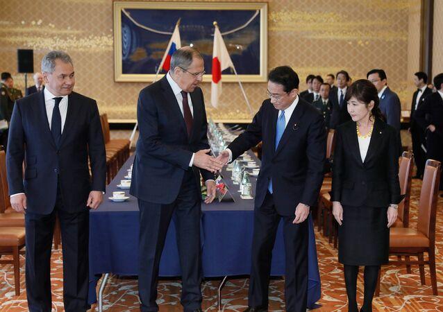 Da esquerda: o ministro da Defesa da Rússia, general Sergei Shoigu, o ministro das Relações Exteriores da Rússia, Sergei Lavrov, o ministro das Relações Exteriores do Japão, Fumio Kishida e a ministra da Defesa do Japão, Tomomi Inada durante as consultas no formato '2+2' em Tóquio