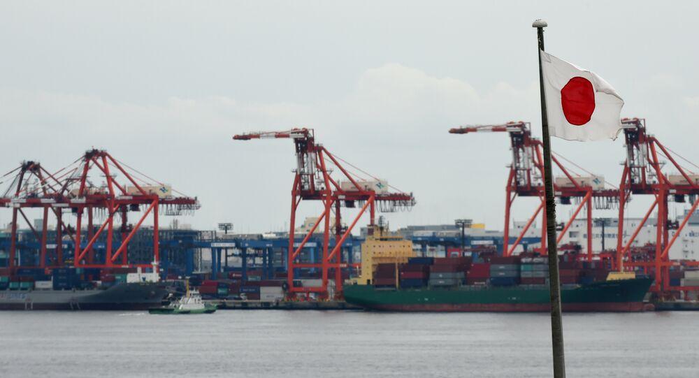 Bandeira japonesa no porto de Tóquio