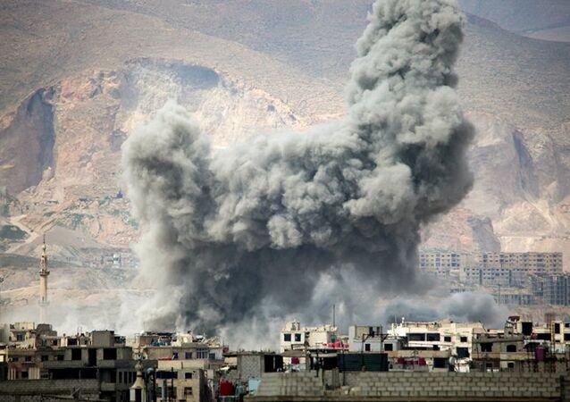Fumaça após ataques aéreos da Força Aérea síria no leste de Damasco (imagem referencial)