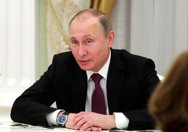 Presidente russo Vladimir Putin durante o encontro com o ministro presidente da Baviera, Horst Seehofer, e seu antecessor, Edmund Stoibe, em 16 de março de 2017