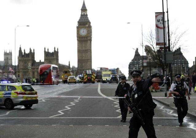 Polícia britânica guarda o lado sul da ponte de Westminster, perto do prédio do parlamento do Reino Unido, onde ocorreu um tiroteio e um atropelamento que feriram pelo menos 17 pessoas