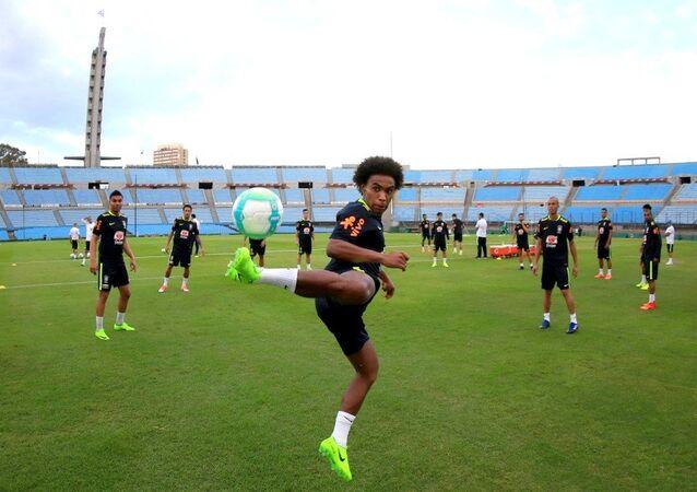 Seleção faz treino no Estádio Centenário em Montevidéu