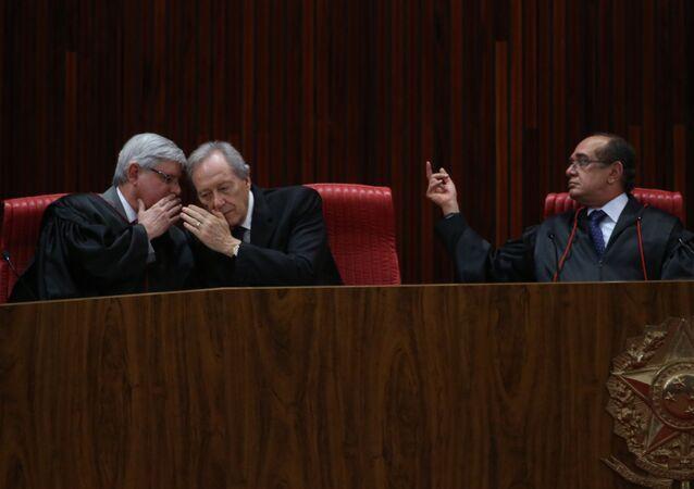 Rodrigo Janot (esq.), Ricardo Lewandowski e Gilmar Mendes na posse deste último na Presidência do TSE