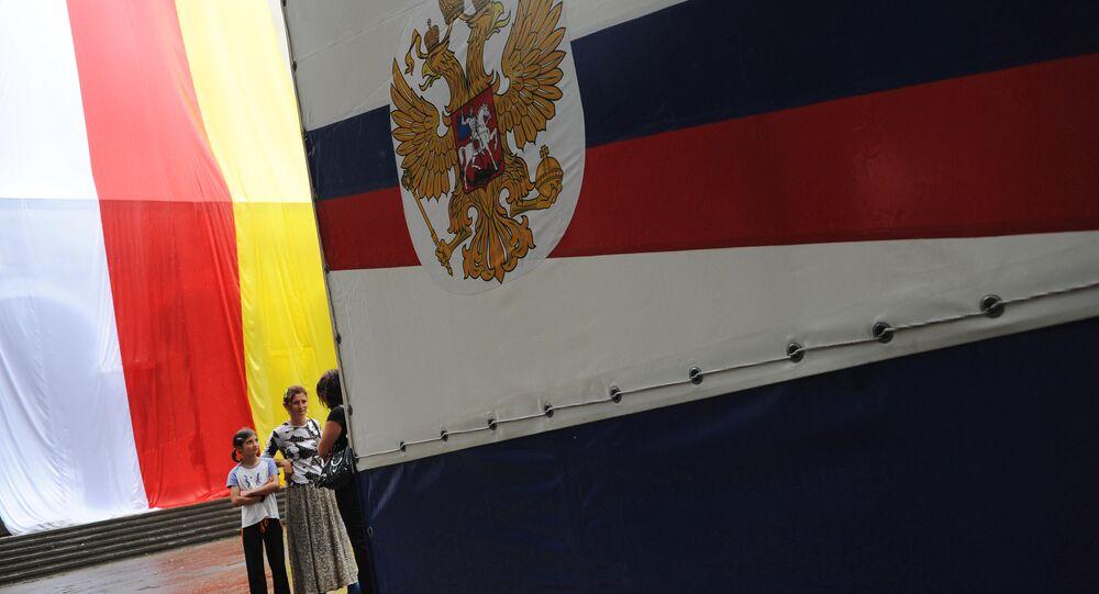 Bandeiras da Ossétia do Sul e da Rússia