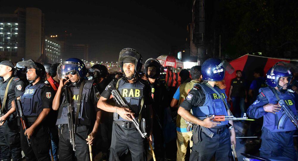 Agentes de segurança ocupam as ruas após ataque a posto da polícia perto do Aeroporto Internacional de Daca