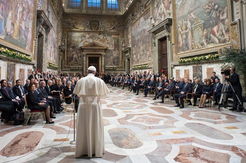 Papa Francisco discursa diante de líderes da União Europeia no Vaticano