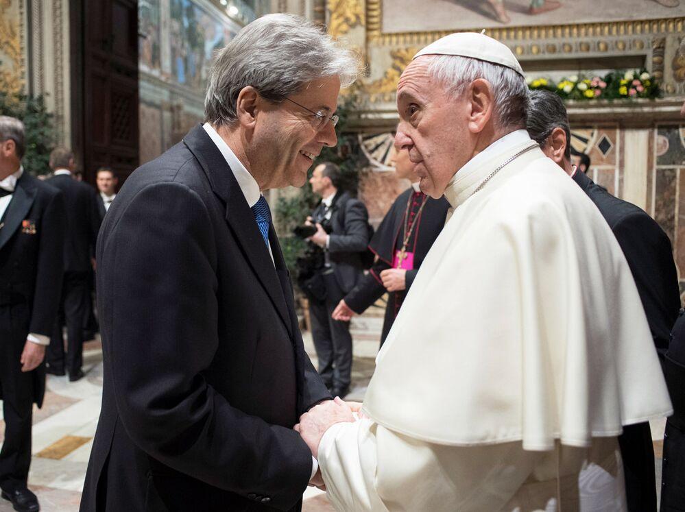 Premier italiano e chefe da Igreja Católica conversam durante cerimônia no Vaticano